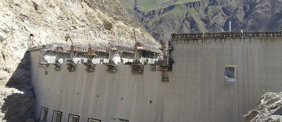 Konzoly pro jednostranné šplhání při stavbě přehrady.