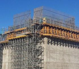 Vysoce efektivní při stavbě kolmých nebo šikmých opěrných stěn.
