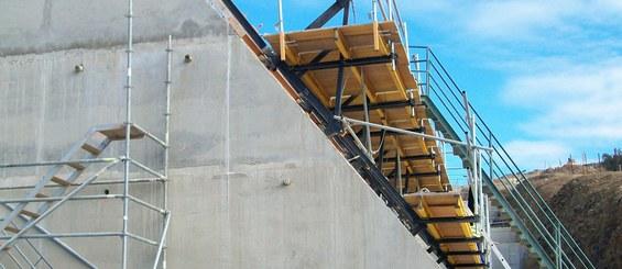 Konzoly udržuje pracovní plošiny v horizontální poloze při stavbě šikmé stěny.