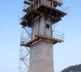 Otočná šplhací konzola CR-250 při stavbě pilíře.