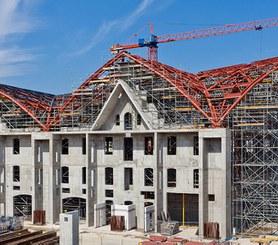 Pracovní plošina a podepření střešní konstrukce.