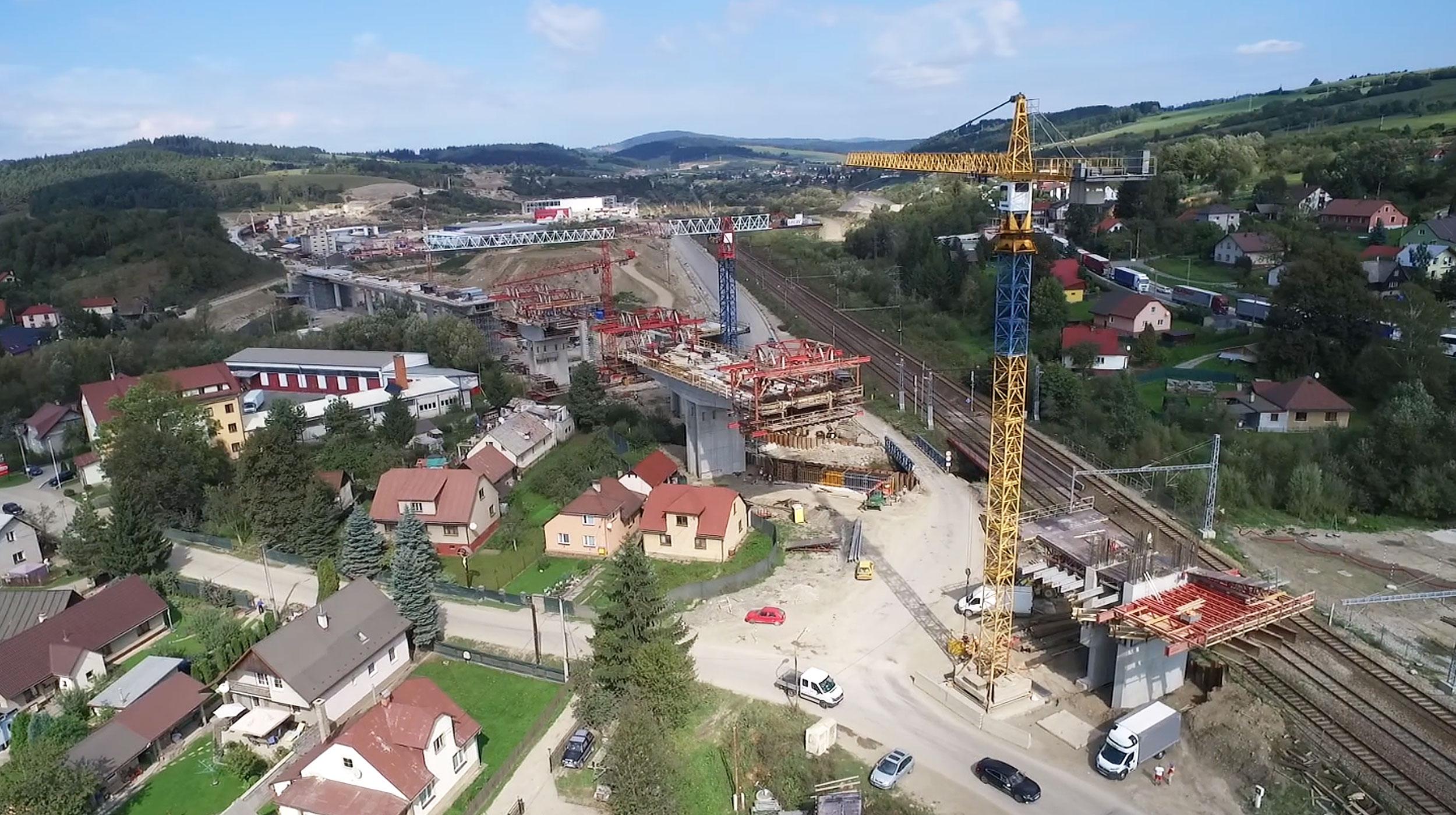 Efektivní výstavba mostů na dálnici D3, která po dokončení zabezpečí propojení hlavního města Bratislavy s Polskem.