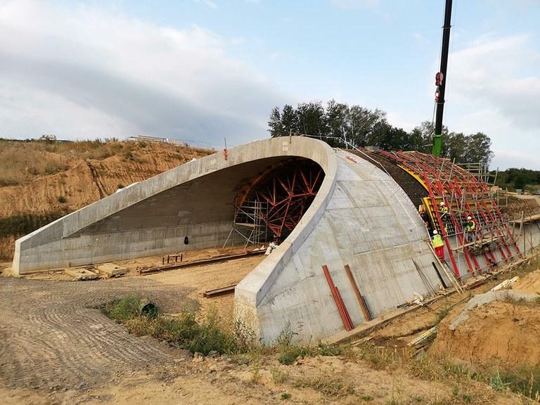 Přesypaný dálniční most SO 204 ve velkém svahu